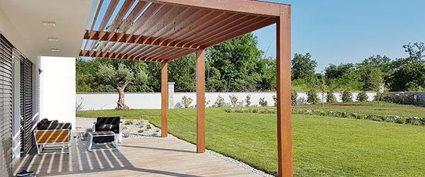 jardin avec pergola en bois